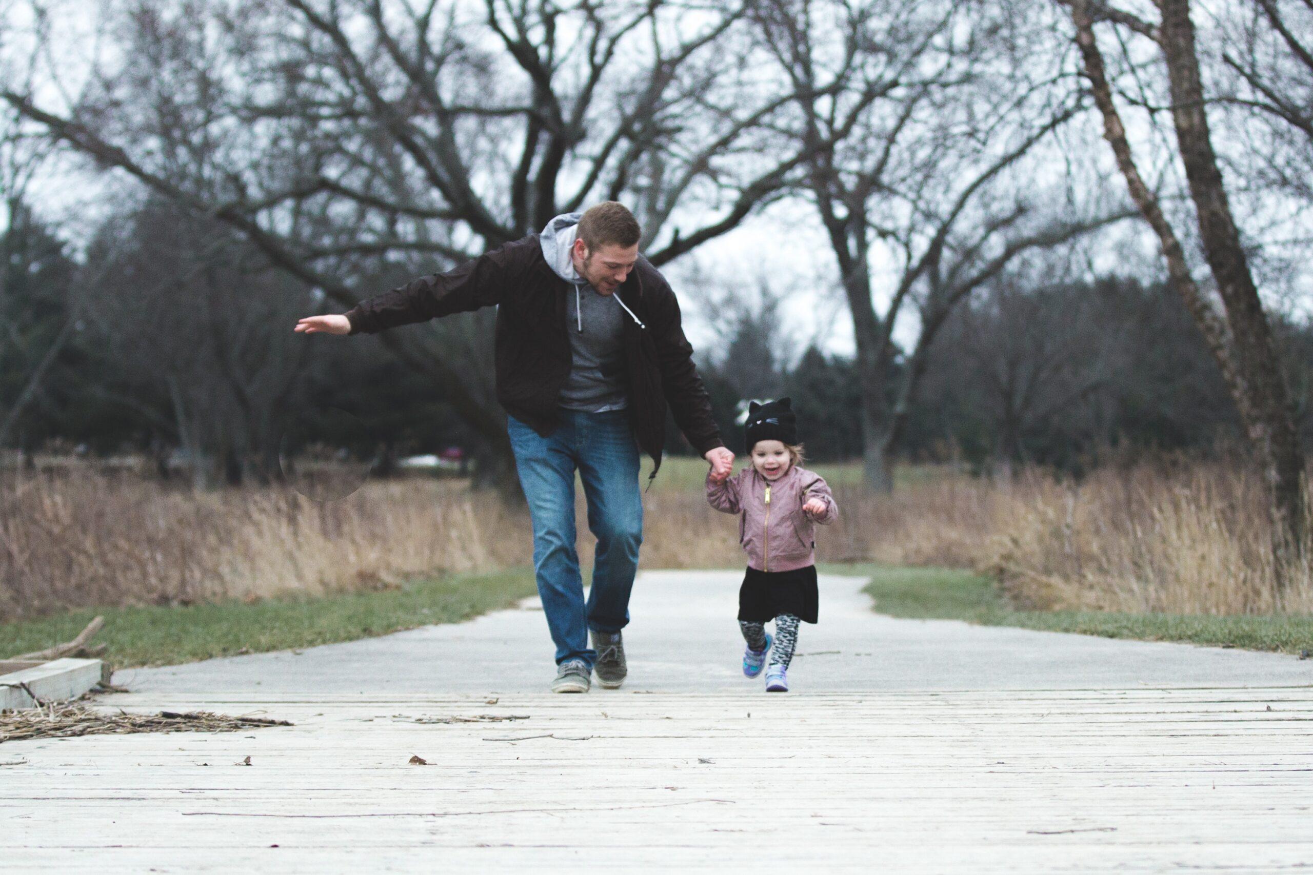 Isa ja laps käsikäes