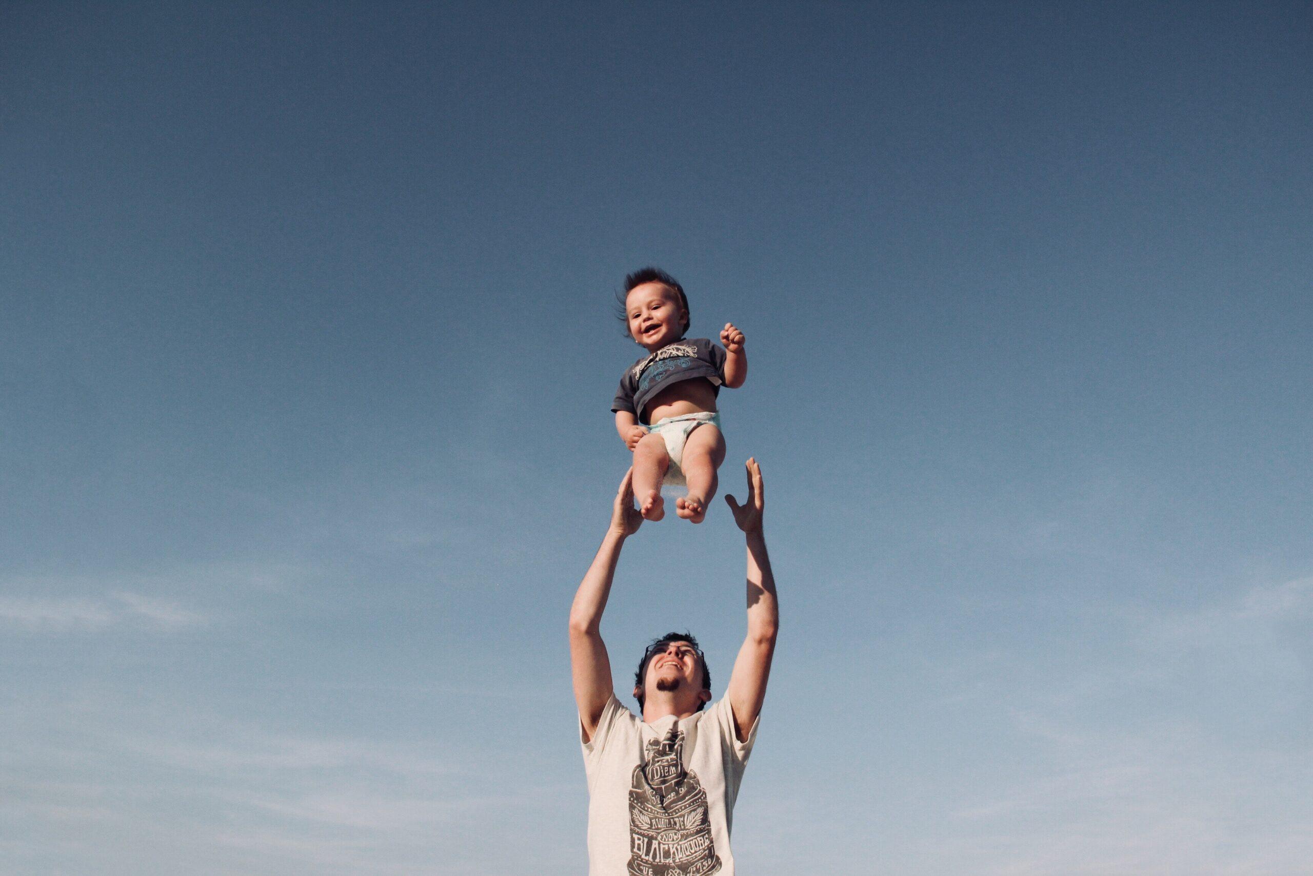 Isa hüpitab last